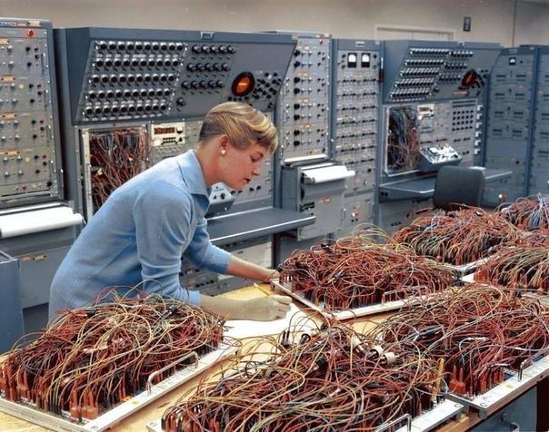 Карен Лидлай инженер космического подразделения General Dynamics работает над аналоговыми компьютерами