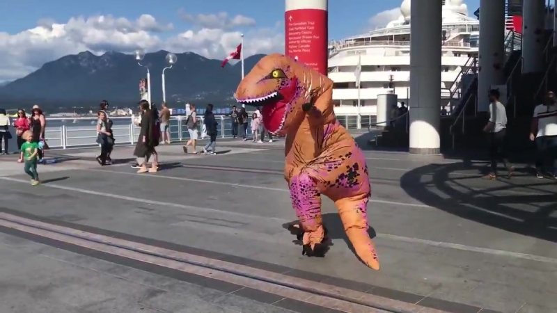 А вы уже видели динозаврика, танцующего айдол