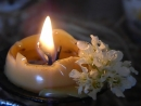 Горение свечи с вываркой из цветов черемухи.