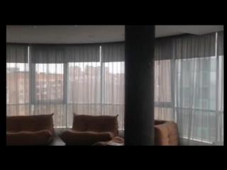 Моторизованы рулонные шторы в гостиной