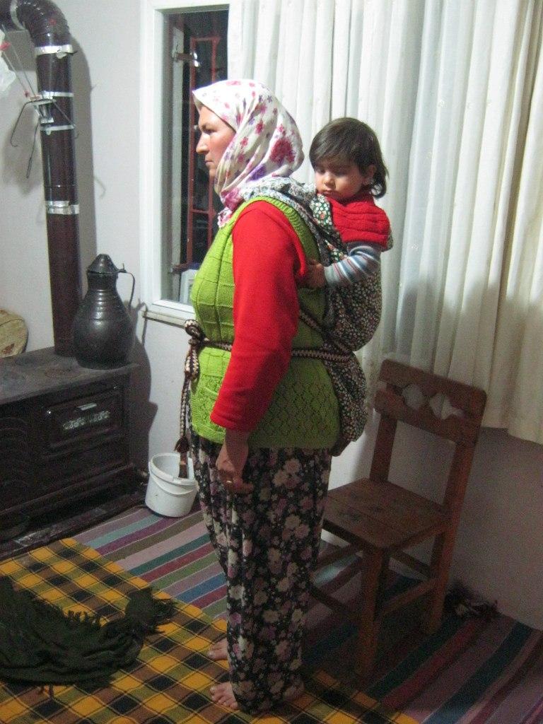 ношение ребёнка на спине турецкой женщиной