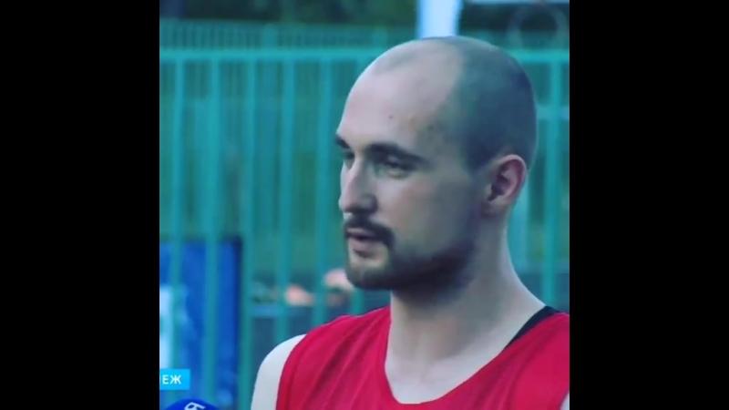 Профессиональный йог ,Владислав Воробьевский, учит всех желающих ходить по стеклам