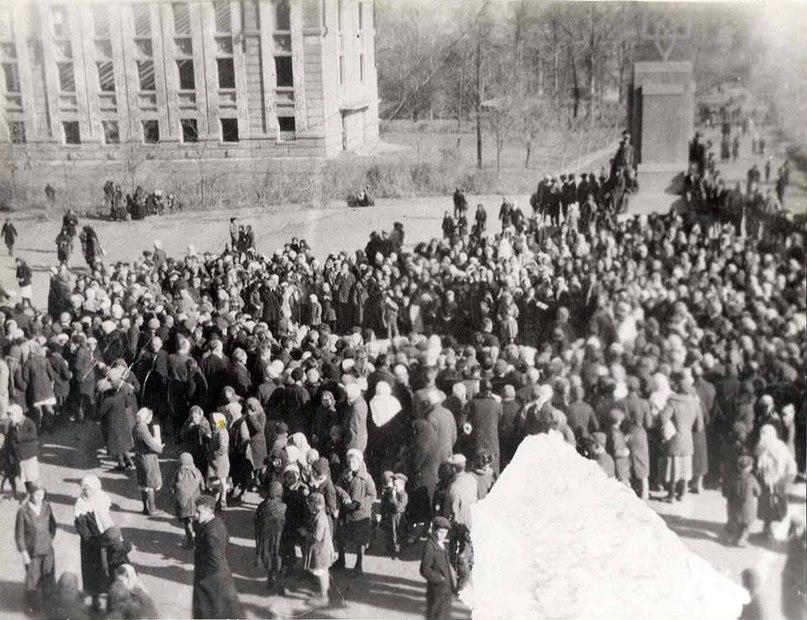 Оккупационные власти снесли памятник Ленину и установили на центральной площади Краматорска трызуб