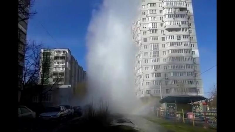Горячий гейзер высотой с многоэтажку бьет в центре Тулы