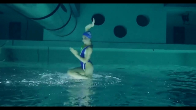Завораживающее зрелище Синхронные пловцы снятые перевернутой камерой