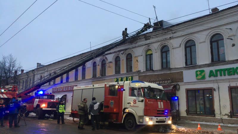 На Крестовой улице в Рыбинске горит торговый центр