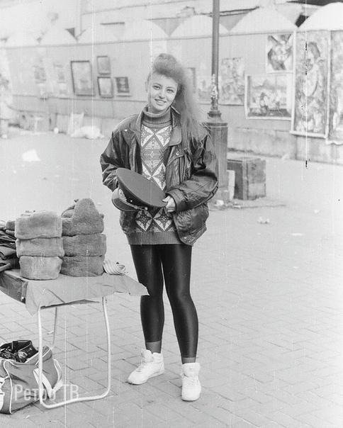 Продавщица на Арбате. Москва, 1992 г. .