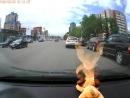 Человек без ног вынужден просить прямо на дороге. Позорище властям