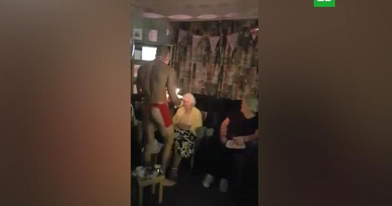 Голые мужчины поздравили 100-летнюю британку в доме престарелых