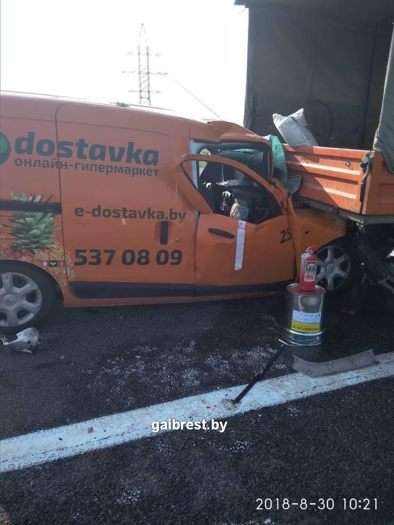 В Берёзовском районе авто службы доставки столкнулось с ГАЗелью дорожников