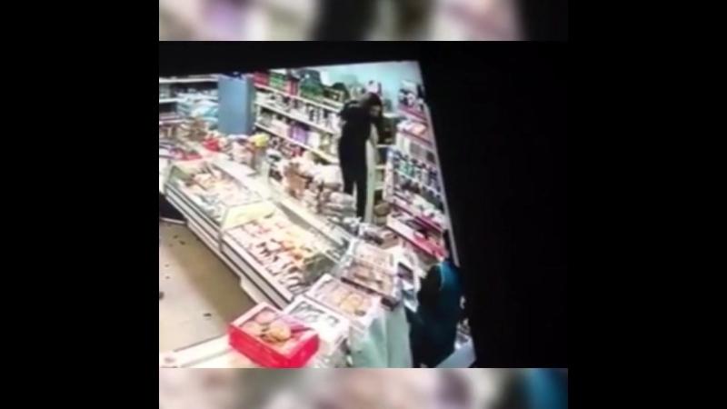 Изгоняющий Дьявола по русски: мамаша разнесла магазин на глазах у ребенка