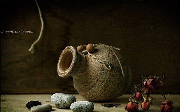 Причта о том, на что следует тратить время Один мудрец взял пустой кувшин и наполнил его доверху небольшими камнями. Собрал своих учеников и задал им первый вопрос: «Скажите, уважаемые, полон ли мой кувшин?» На что те ответили: «Да, полон». Тогда мудрец взял полную банку с горохом и высыпал содержимое в кувшин с камнями. Горох занял свободное место между камнями. Задал мудрец второй вопрос: «Полон ли теперь мой кувшин?» Ученики вновь подтвердили, что полон. Тут мудрец взял коробку с песком и…