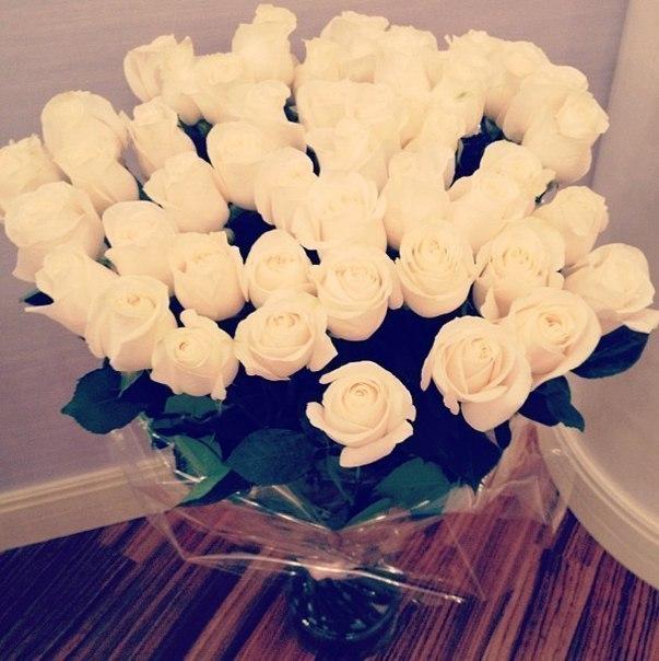 Розы у девушки в руках