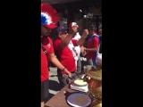 Болельщики из Коста-Рики пекут блины на Покровке - Типичный Нижний Новгород