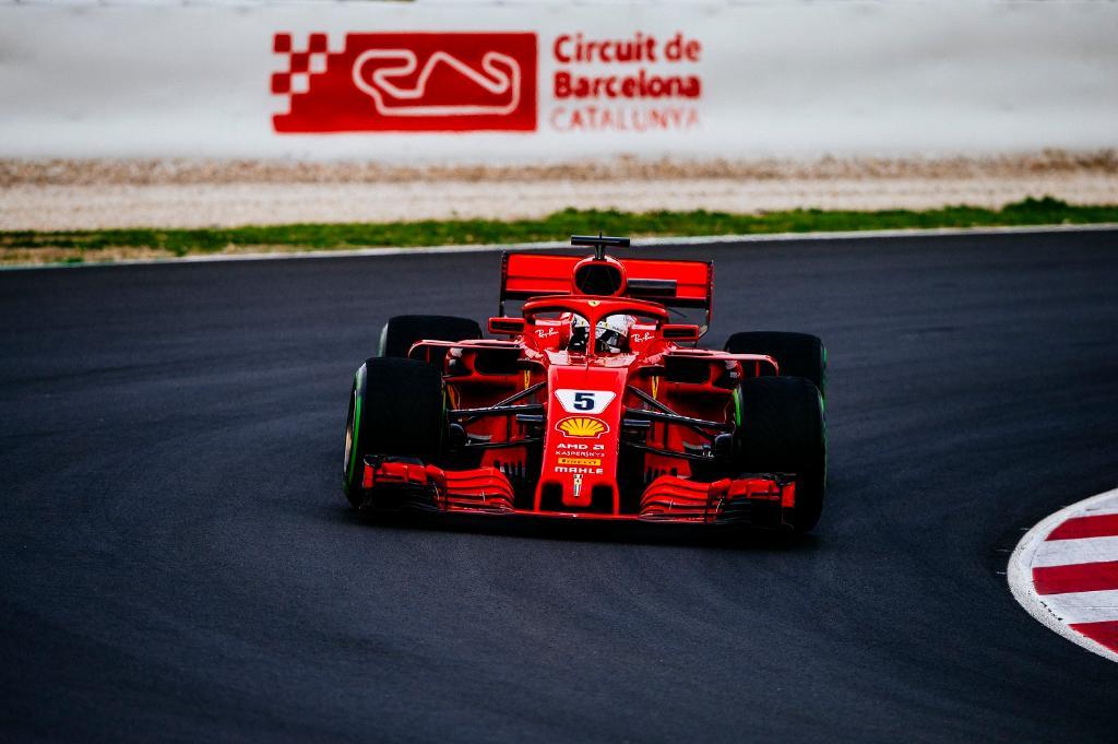 Себастьян Феттель за рулём Ferrari на тестах Ф1 в Барселоне
