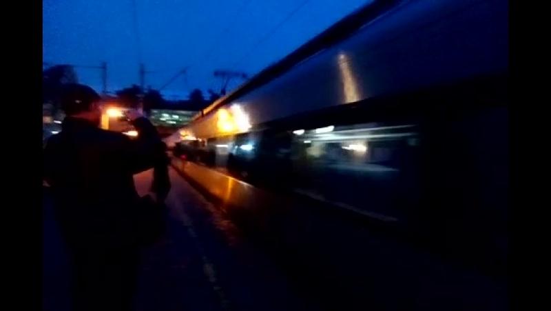 HRC2S поезд интерсити Киев-Львов пролитает платформу Караваевые Дачи