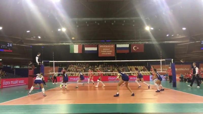 De Italianen komen dichterbij, maar de Russen weten ook de tweede set te winnen: 23-25