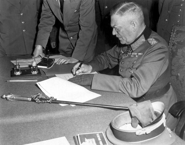 Капитуляция Германии 8 мая 1945 г. в 22.43 в Карсхорсте (это предместье Берлина) по центрально-европейскому времени был подписан окончательный Акт о безоговорочной капитуляции фашистской