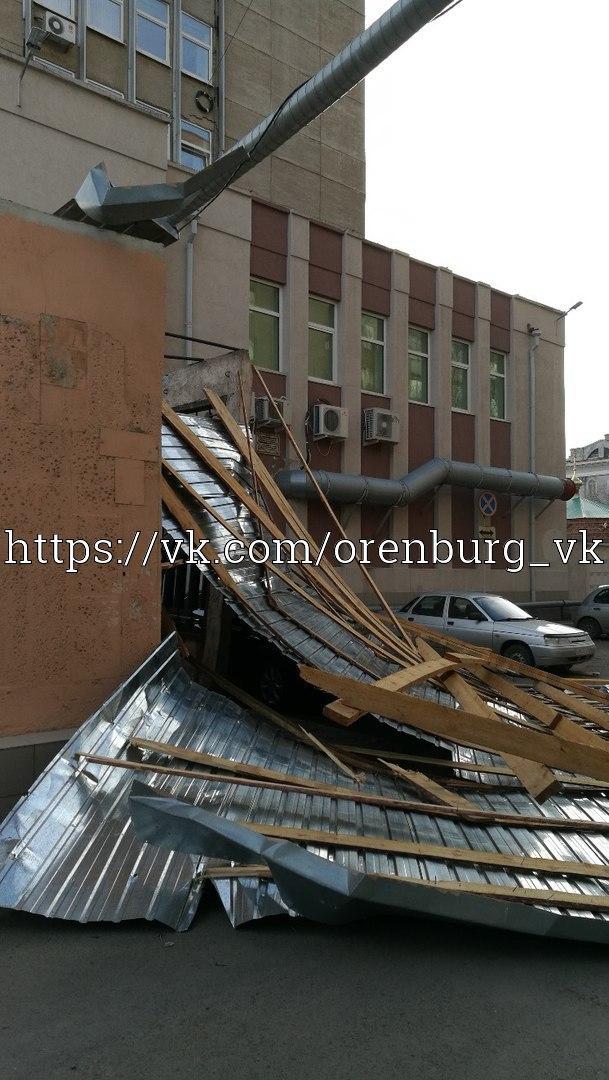 Опубликованы фото из Оренбурга, где шквалистый ветер сорвал крышу с общественного туалета