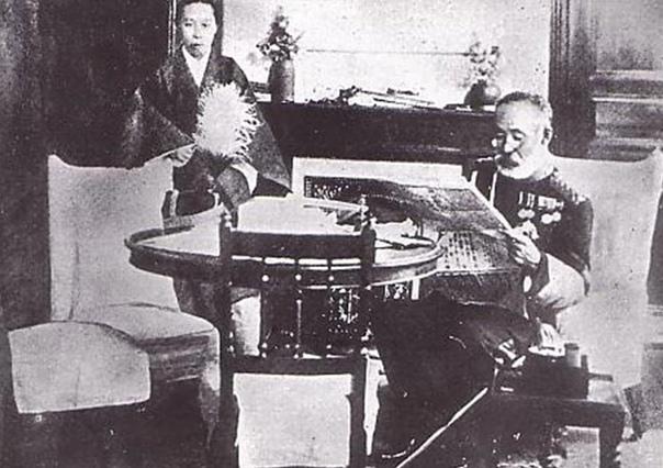 Генерал Марэсукэ Ноги читает газету