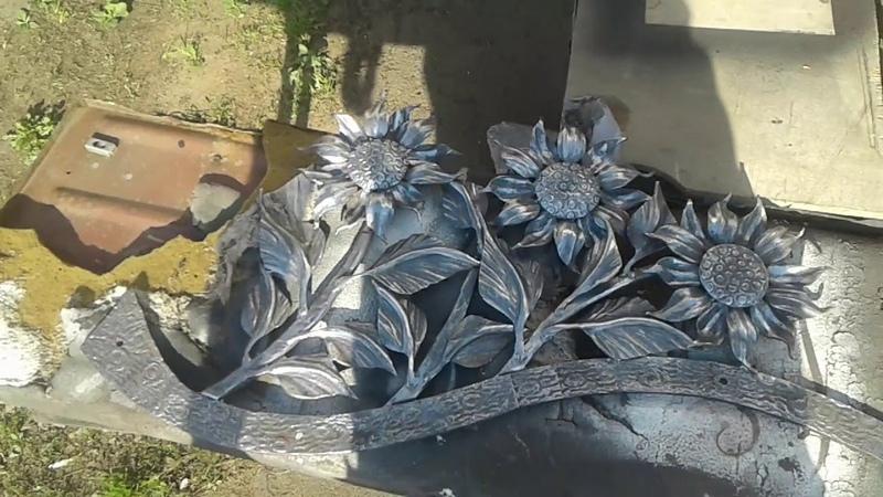 Соняшники ковані (накладка на двері). Пофарбовані перила - орнамент акантуса.