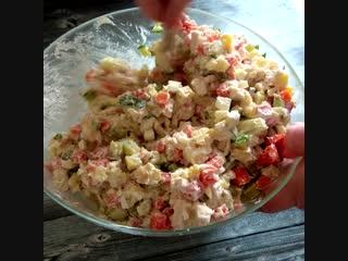 Столичный салат или оливье с курицей.