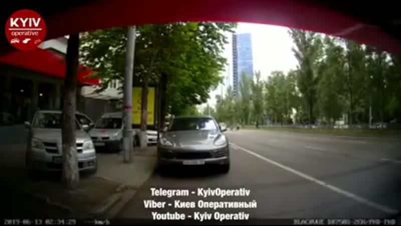 Женщина за рулем перепутала педали и протаранила три авто в Киеве