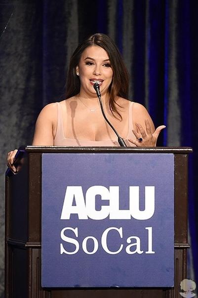 43-летняя Ева Лонгория стала главной звездой на торжественном ужине, устроенном Американским союзом защиты гражданских свобод (ACLU). Актриса давно оказывает поддержку правозащитной организации, и в воскресенье в Беверли-Хиллз деятельность звезды отметили