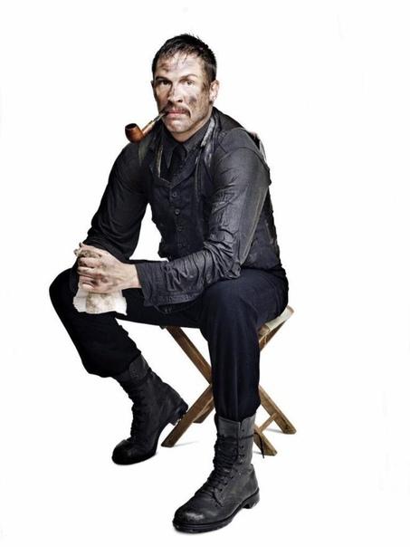 """Том Харди в образе магната Дэниела Плэйнвью из фильма """"Нефть"""""""