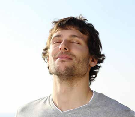 Практикующие утверждают, что динамическая медитация наиболее полезна, когда практикуется по утрам.
