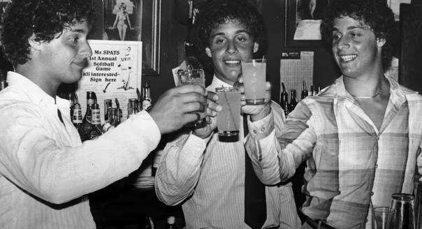 Три одинаковых незнакомца 2 июля 1961 года в одной из больниц Нью-Йорка девочка-подросток родила тройню. Она решила отказаться от детей и передала их в агентство по усыновлению при Центре