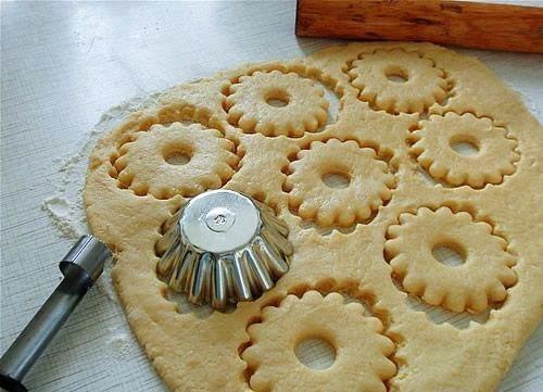 🍝🍛🍴 Быстрое песочное тесто Ингредиенты:: - 150 г муки - щепотка соли - 75 г масла сливочного - 1 яичный желток - 3 столовые ложки воды Приготовление: В миске смешайте муку и щепотку соли. Затем добавьте холодное нарезанное маленькими кусочками масло и руками вымесите, чтобы смесь стала похожа на крошку. Добавьте желток и 2 столовые ложки ледяной воды. Перемешайте и по необходимости добавьте еще воду (тесто должно стать однородным). Слепите из теста шар и заверните в пленку. Отправьте в…
