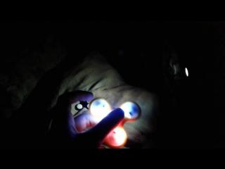 Спиннер вращается между вторым спиннером (слева на видео) и светодионой лампой