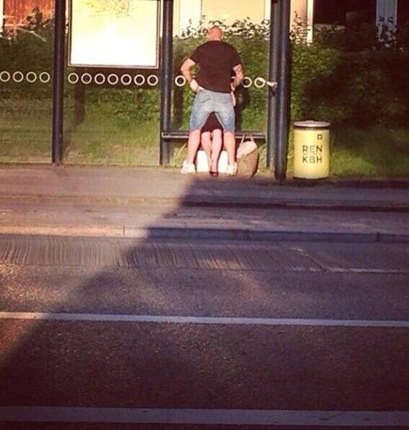 Очень милое фото. Заботливый парень закрывает свою девушку от солнца, чтобы её н...