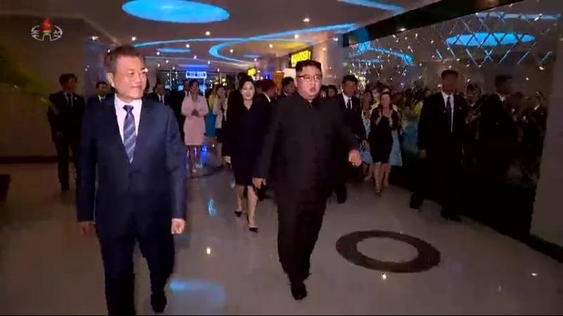 경애하는 최고령도자 김정은동지께서 문재인대통령과 만찬을 함께 하시였다
