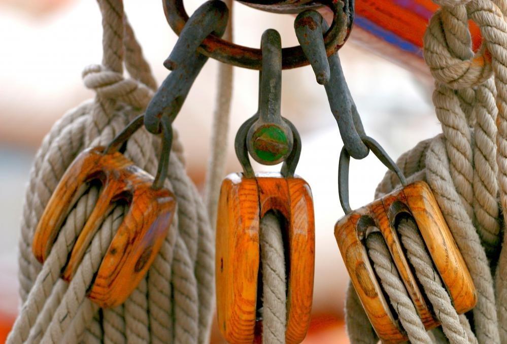Деревянные шкивы держат такелаж на лодке.