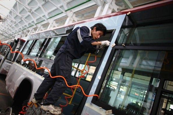 Рабочий на конвейере китайского завода FOTON MOTOR | Ассоциация предпринимателей Китая