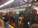 В метро Нью-Йорка до Рождества можно прокатиться на ретро-поезде 1930-х годов.