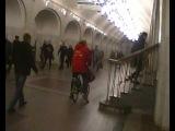 в метро под землёй в москве певец пророк сан бой едет на велосипеде.2014 октябрь