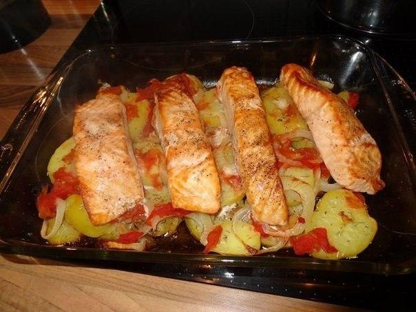 Лосось с картофелем, запечённый в духовке