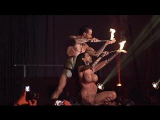 seks-na-stsene-v-klube-bolshaya-zhopa-v-kolgotkah