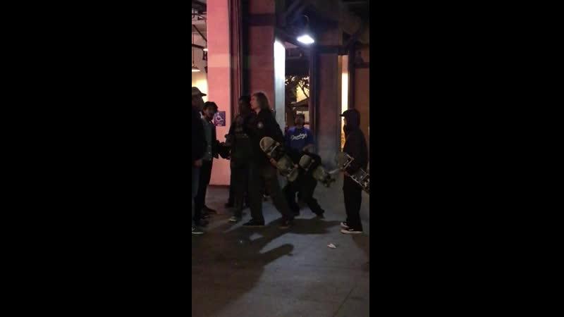Скейтеры дали отпор гопникам возле бара