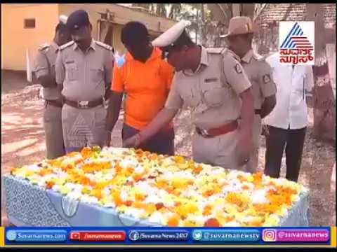 Индийские полицейские хоронят служебную собаку