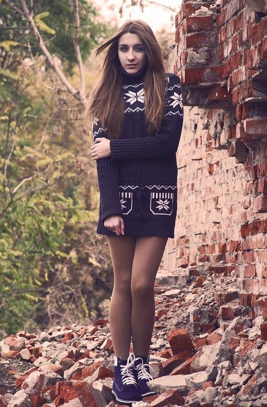 Девочка на стройке в длинной шерстяной кофте