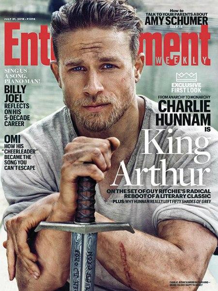 Первые фото Чарли Ханнэма в образе короля Артура из новой картины Гая Ричи «Рыцари Круглого стола: Король Артур». Студия Warner Bros. планирует киносериал на шесть фильмов.