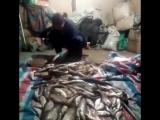 Так жина чистит рыбу