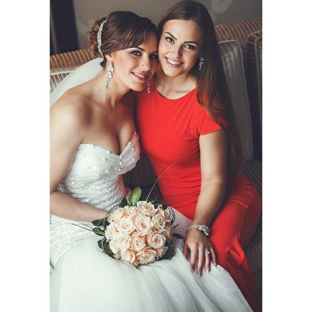 Ekaterina Nikisheva in Wedding dress & Tatyana Nikisheva in red dress │ Image Source: Katerina Nikisheva