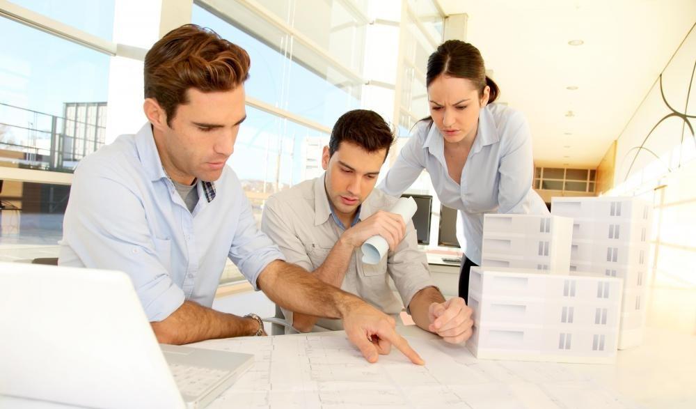 Архитекторы планируют и проектируют строительство здания.