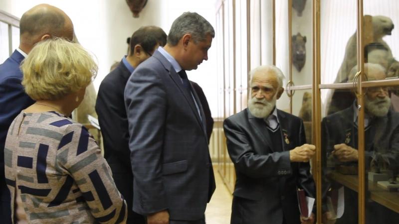 Валериан Иванович Гаранин ведет экскурсию министру экологии и природных ресурсов РТ А В Шадрикову