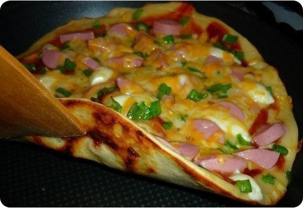 Хотите порадовать родных, близких и любимых? И не хочется торчать у плиты целый день? Тогда Ваш выбор быстрая пицца на сковороде для любимых за 10 минут!  Ингредиенты для теста: - 1 яйцо - 5 ложек муки.